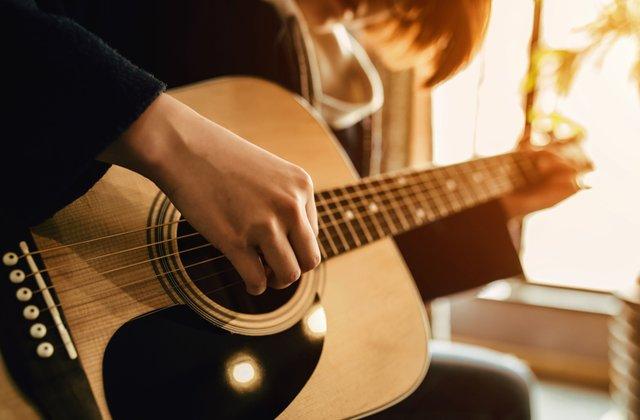 ריקי שחם מלמדת לנגן בגיטרה